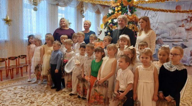 15 января 2020 года протоиерей Сергий Киселев поздравил детей дошкольного образовательного учреждения комбинированного вида №12 с праздником Рождества Христова